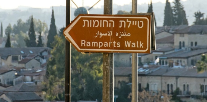 Ramparts-Walk-sign-near-Old-City-tb011612038