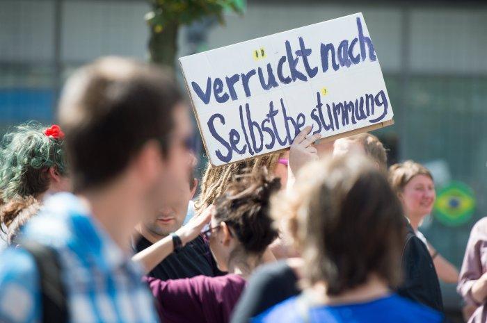 """Demonstranten nehmen am 12.07.2014 in Berlin an der """"Pride Parade 2014 - Behindert-Sein und Verrückt-Sein feiern"""" teil. Die Parade soll ein fröhlicher Protest gegen Barrieren und Benachteiligung und Ausgrenzung von Behinderten sein. Foto: Maurizio Gambarini/dpa +++(c) dpa - Bildfunk+++"""